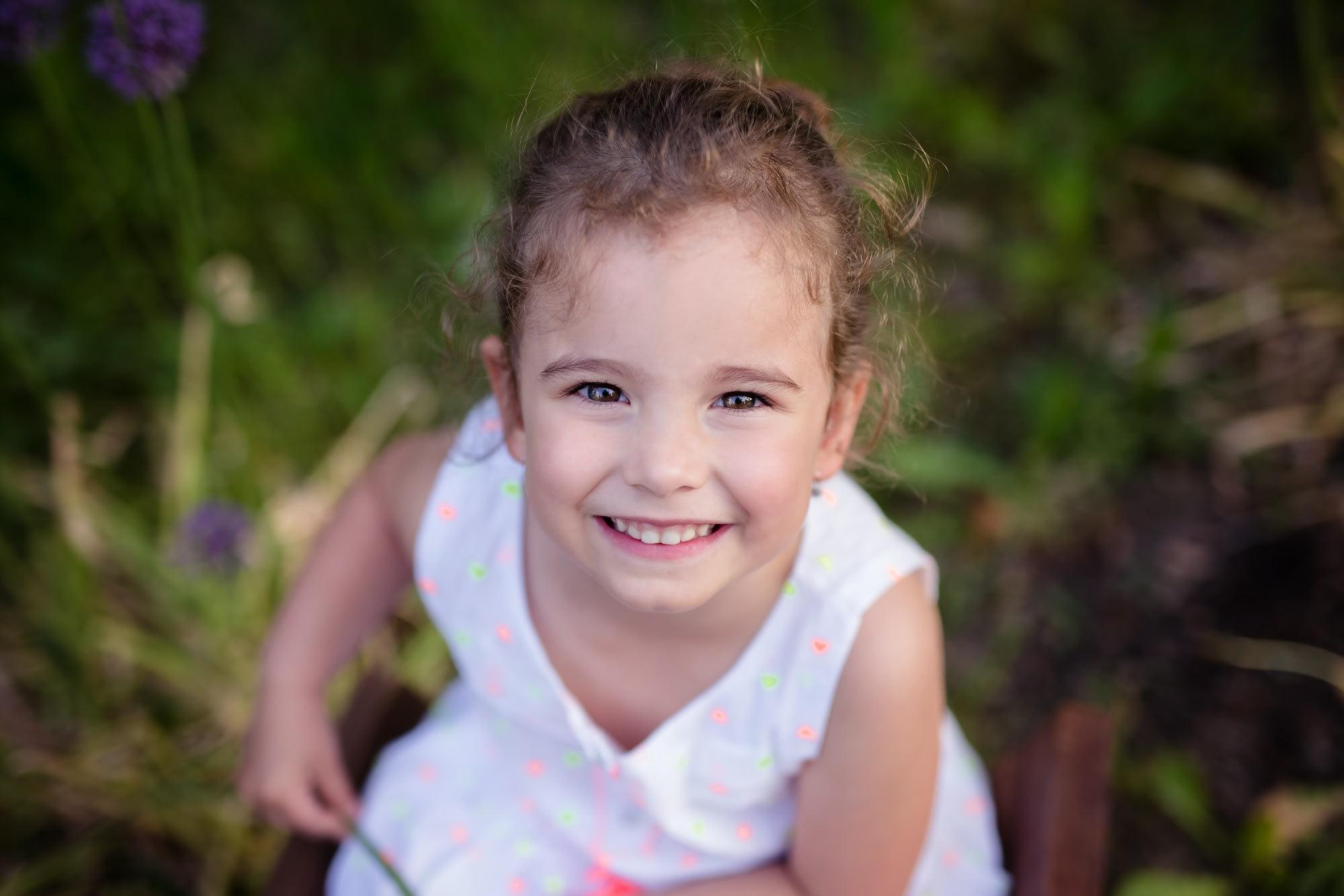 Dětský portrét holčičky v přírodě