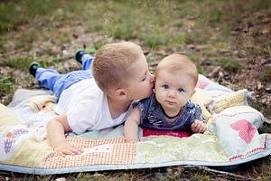 Foceni deti v Dendrologicke zahrade, miminko se sourozencem