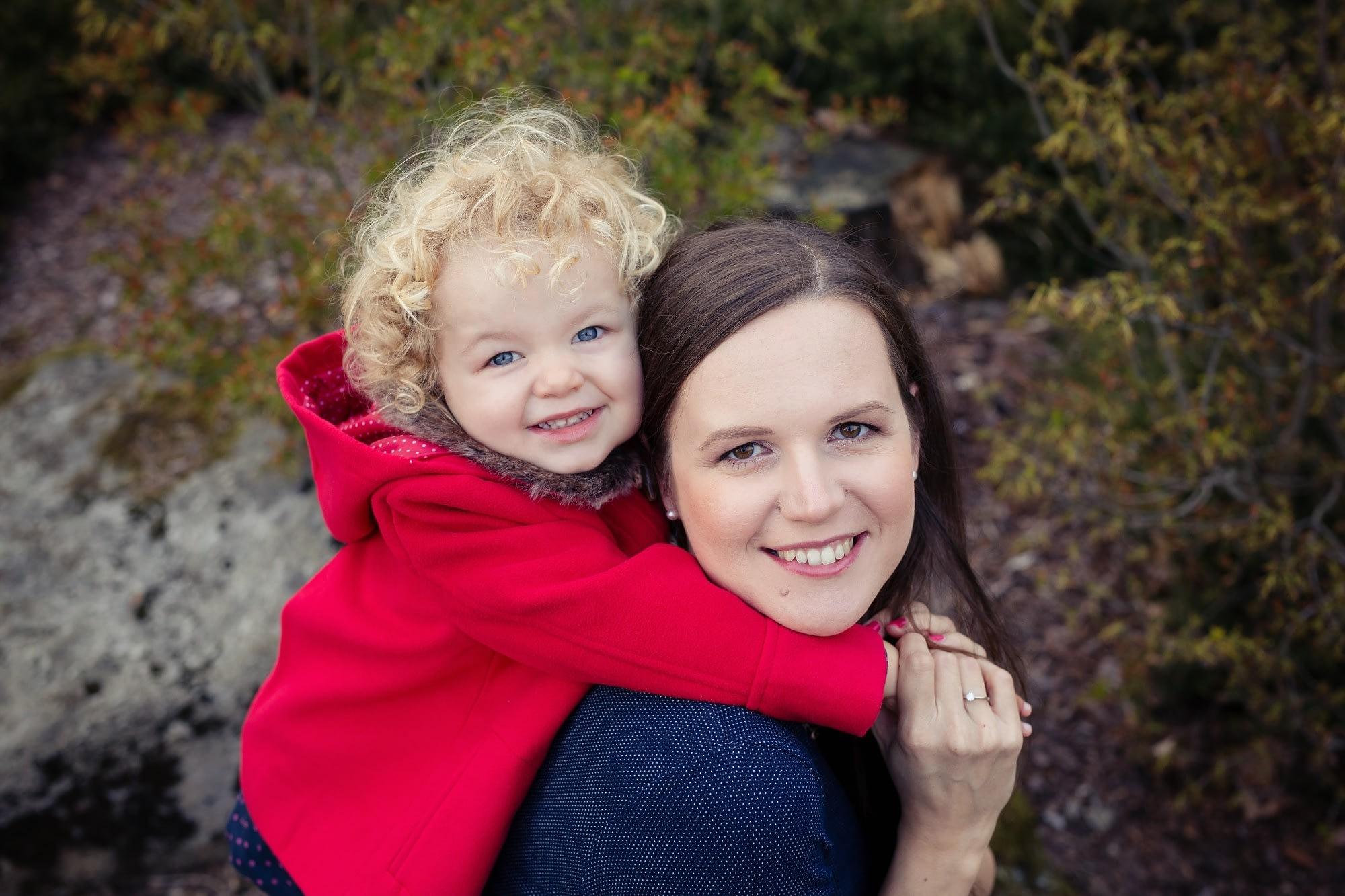 Krásná těhulka s dcerou se fotí v přírodě