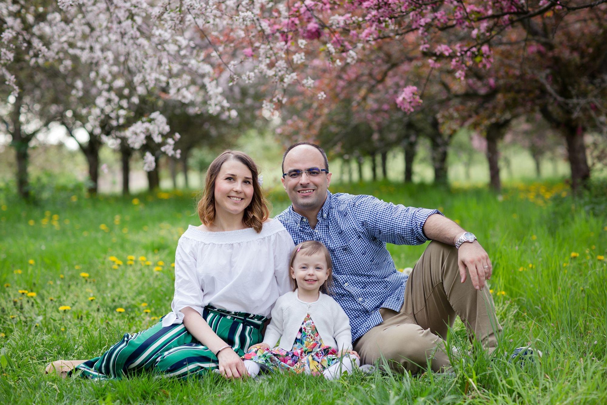 Rodinne foceni v Dendrologicke zahrade mezi rozkvetlymi stromy