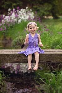 Foceni deti v prirode, holcicka sedi na lavce, Dendrologicka zahrada Pruhonice
