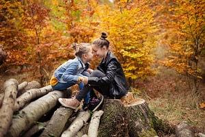 Foceni deti v prirode, barevne podzimni listi, Kunraticky les