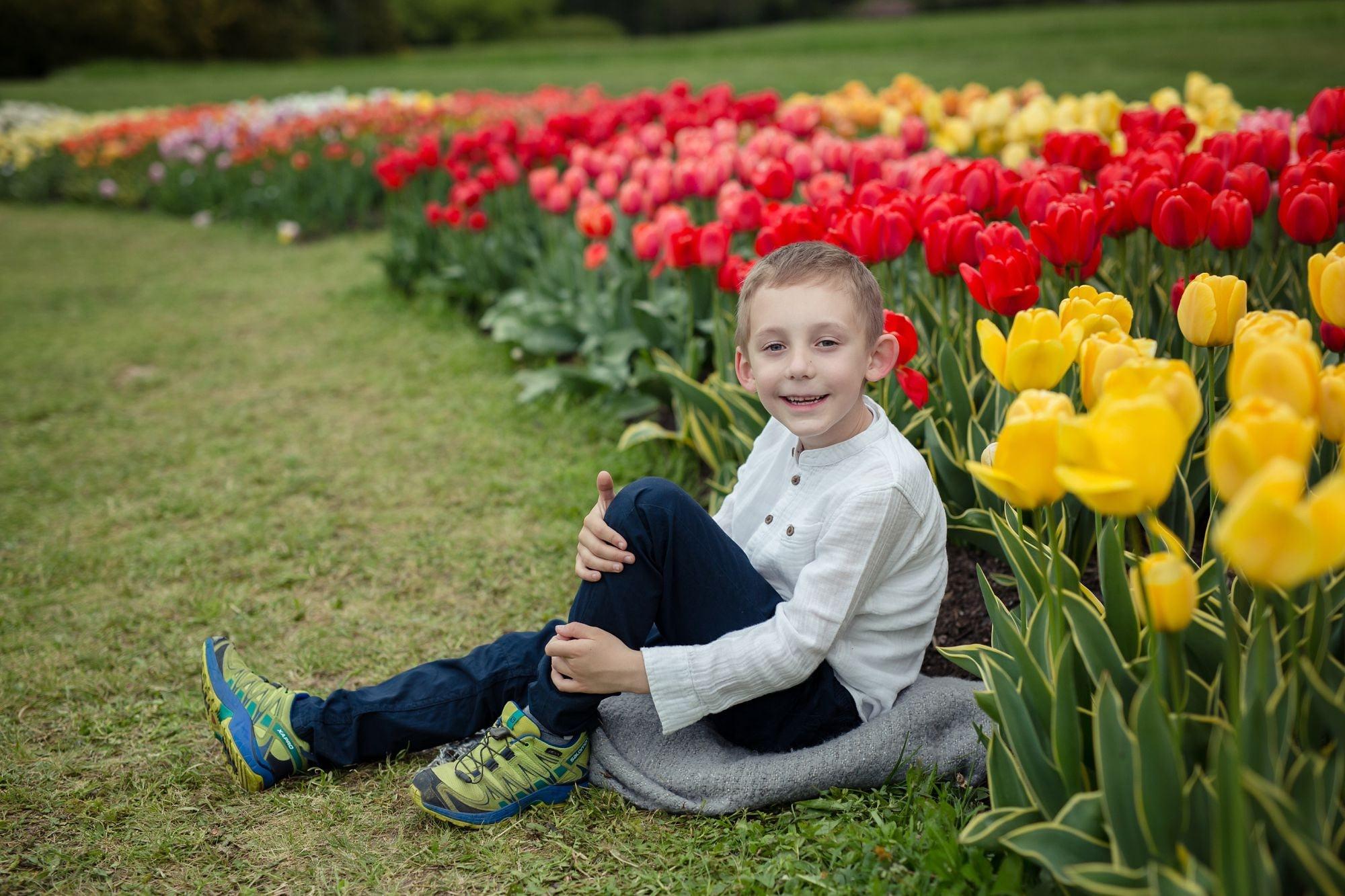 Foceni deti v Dendrologicke zahrade, louka s tulipany