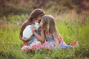 Foceni deti v prirode, na louce s kralikem