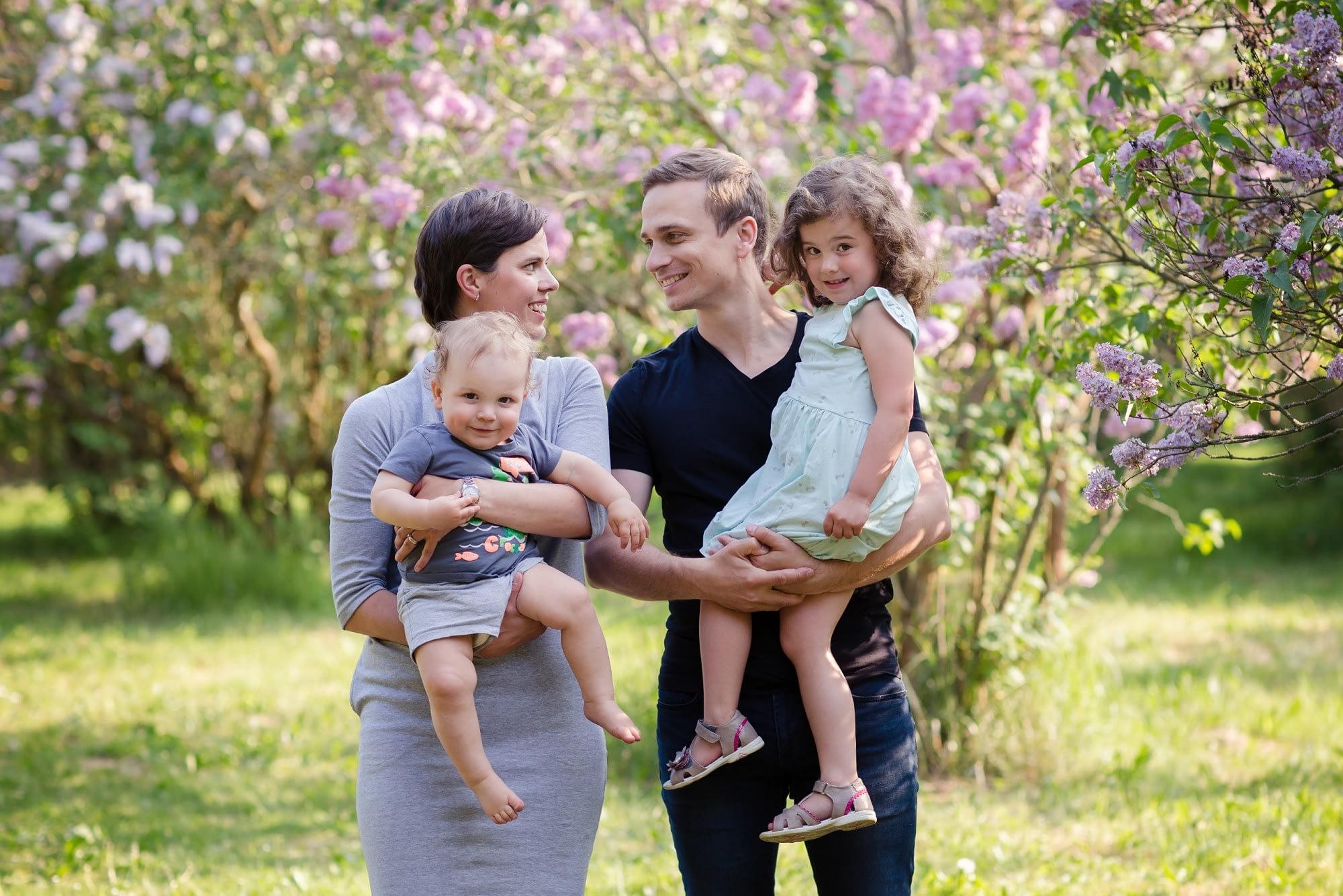 Focení rodiny pod rozkvetlými šeříky v Dendrologické zahradě