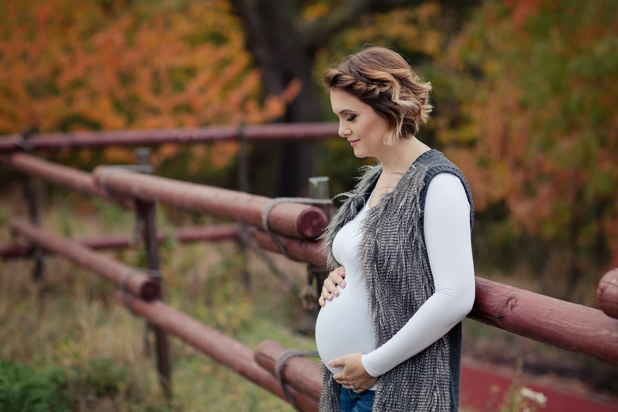 Těhulka si drží bříško při focení v přírodě, Těhotenské focení Praha