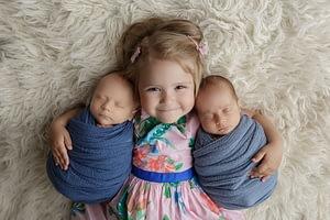Foceni miminek dvojcata se starsim sourozencem v newborn atelieru