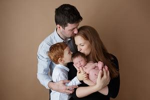 Foceni miminek s rodici a sourozencem newborn atelier