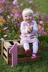 Foceni deti v prirode, Dendrologicka zahrada Pruhonice, holcicka sedi na bedynce, prvni narozeniny
