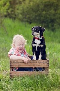 Foceni deti v prirode, Kunraticky les, chlapecek a pes sedi v bedynce