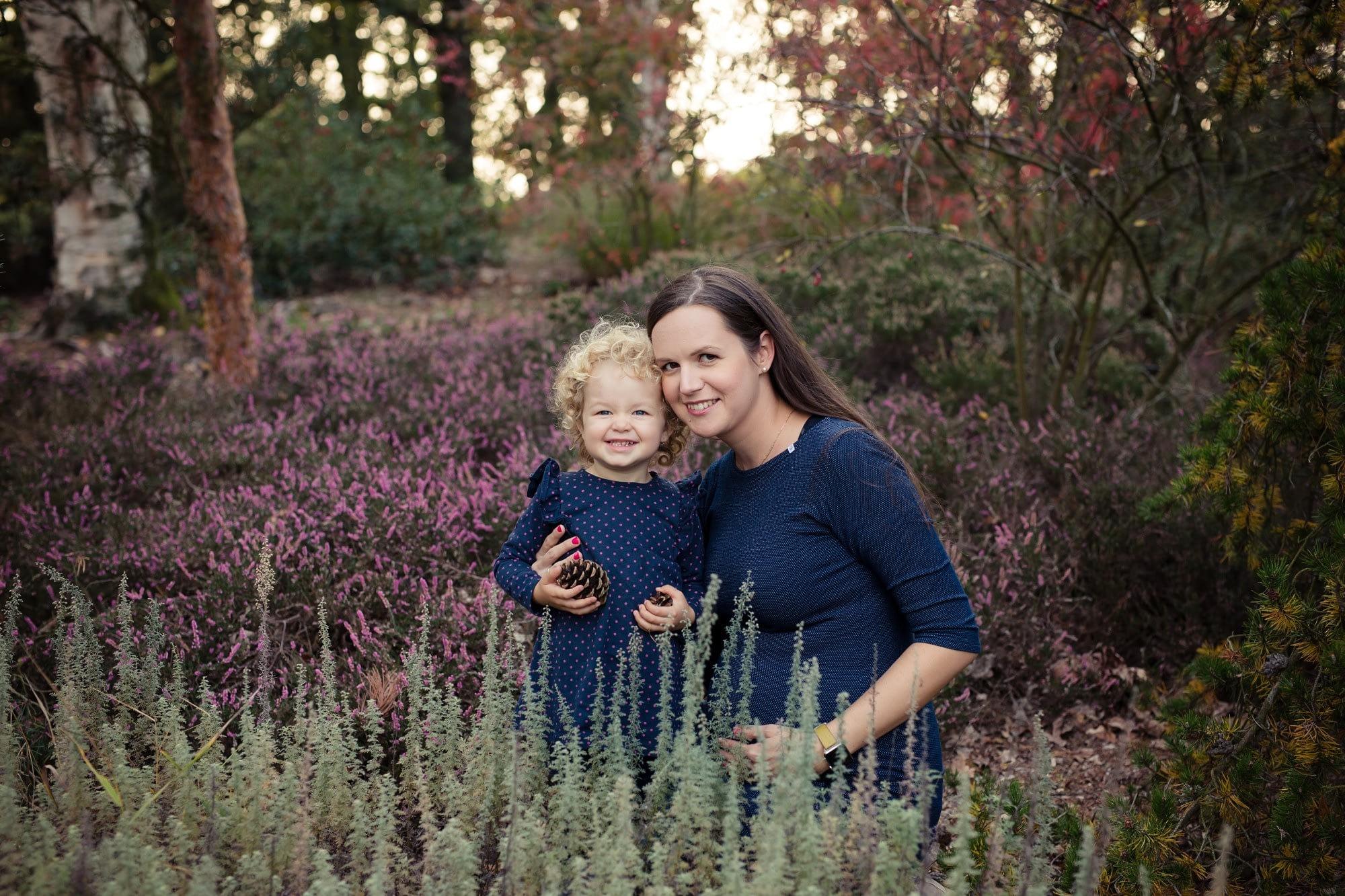Focení těhotné maminky s dcerou ve vřesech