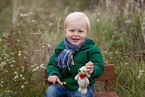 Foceni deti v prirode, Kunraticky les, chlapecek sedi na lavicce
