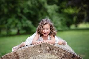 Foceni deti v prirode, holcicka lezi na kmenu stromu, Dendrologicka zahrada